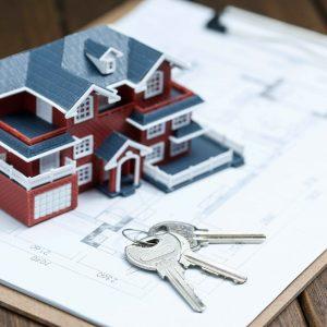 Gráfica de casa y llaves sobre papel en blanco