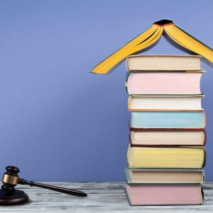 Torre de libros junto a mazo de juez
