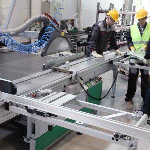 Dos personas controlando planta de fabricación