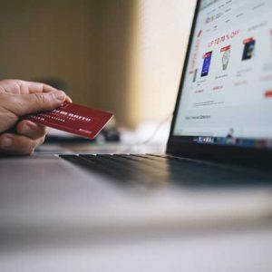 Pantalla de ordenador conectada a cartera con dinero