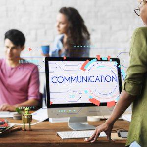 """Trabajadores de empresa y pantalla de ordenador que pone """"comunicación"""""""