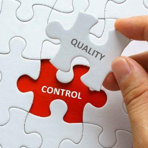"""piezas de puzzle con el texto """"control"""" y """"calidad"""""""
