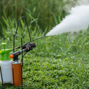 Difusores de fumigación en un jardín