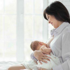 Madre dando de mamar a bebé