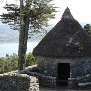 ruina de vivienda de piedra en paisaje rural