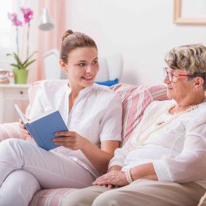 Chica charlando con anciana