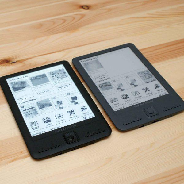 Dos ebooks sobre una mesa