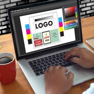 Perdona diseñando un logotipo en un ordenador portátil