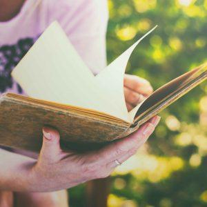 Chica con libro en la mano
