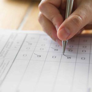 Persona cubriendo formulario