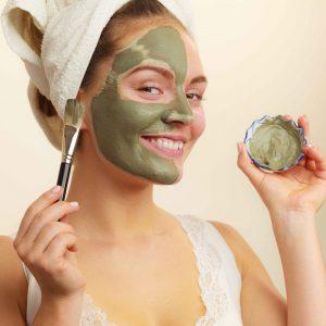 Chica con mascarilla facial verde