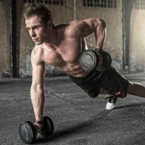 Chico musculado entrenando con pesas