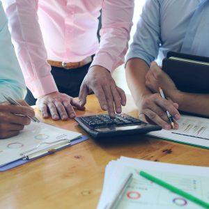 Tres personas trabajando en un despacho contable