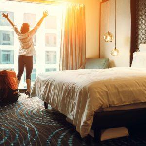Persona en habitación de hotel