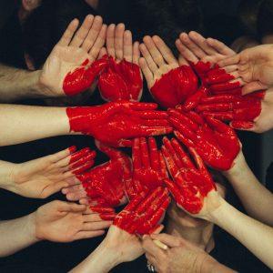 manos en piña pintadas con un corazón