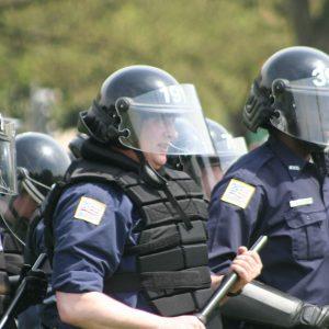 Varios antidisturbios equipados