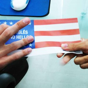 Mano entregando a otra bandera de USA