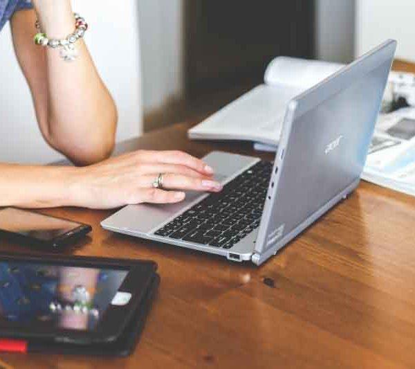 Ordenador y tablet sobre mesa