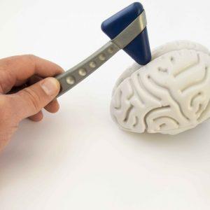 Cerebro artificial con doctor tocándolo con herramientas quirúrgicas