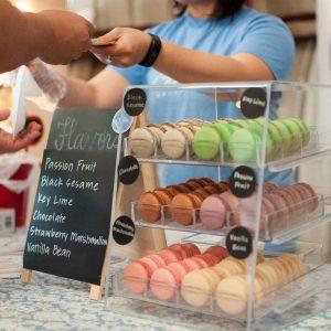 Dependienta cobrando a cliente en mostrador de pastelería