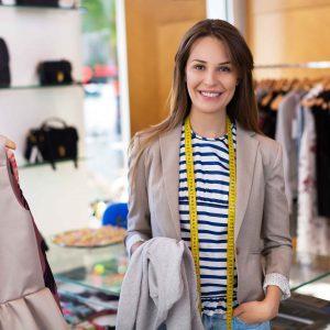 Chica en tienda de moda