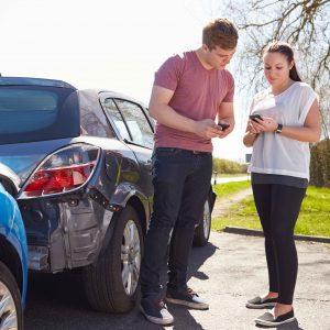 Dos personas cubriendo parte de accidentes de tráfico