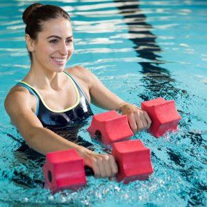 Monitora de fitness acuático con mancuernas