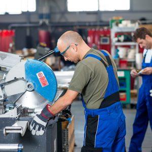 Chico trabajando en máquina industrial