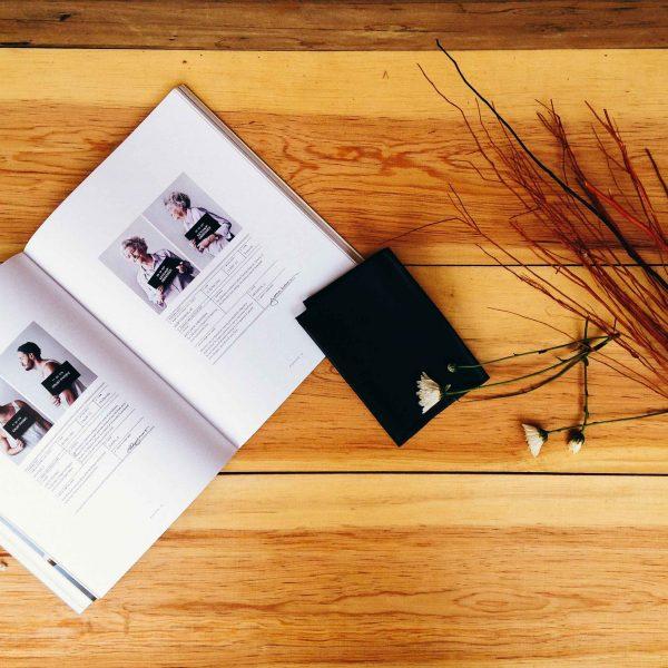 Revista de fotografía abierta sobre mesa