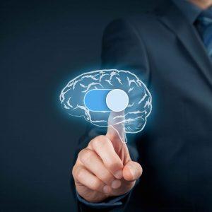 Hombre tocando holograma de un cerebro