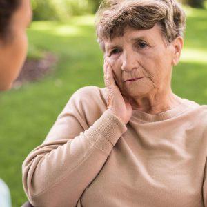 Señora mayor con gesto de tristeza