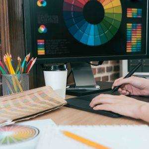 Persona trabajando con portátil con círculo cromático