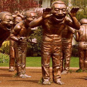 esculturas sonrientes en un parque