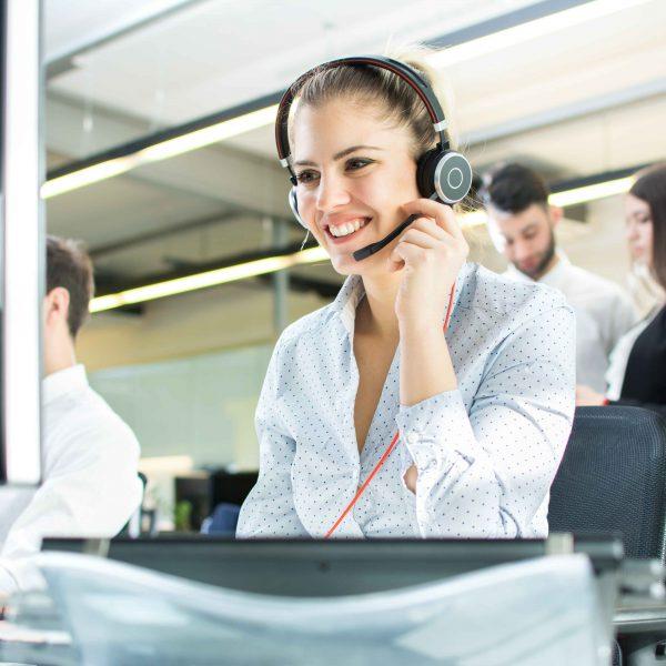 Chica con cascos de llamada